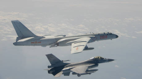 This handout photo taken and released on February 10, 2020 by Taiwan's Defence Ministry shows a Taiwanese F-16 fighter jet flying next to a Chinese H-6 bomber (top) in Taiwan's airspace. © AFP / Handout / Taiwan's Defence Ministry