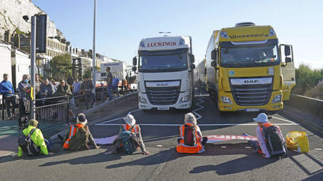 Protesters from Insulate Britain block the A20 which provides access to the Port of Dover, in Kent, England, Friday, Sept. 24, 2021 © (Gareth Fuller/PA via AP)