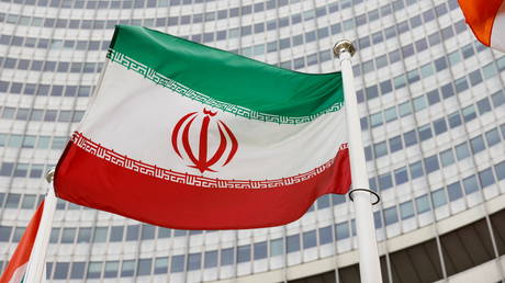 The Iranian flag waves in front of the International Atomic Energy Agency (IAEA) headquarters in Vienna. © Reuters / Leonhard Foeger
