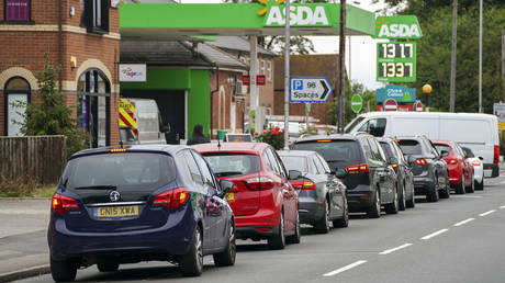 Cars queue outside a petrol station in Reading, England, Saturday Sept. 25, 2021. © Steve Parsons/PA via AP