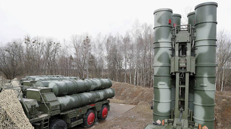FILE PHOTO: A view shows a new S-400 'Triumph' surface-to-air missile system after its deployment at a military base outside the town of Gvardeysk near Kaliningrad, Russia March 11, 2019. © REUTERS/Vitaly Nevar