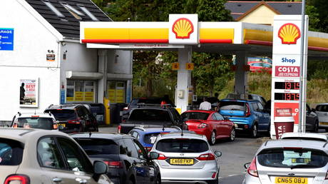Cars queue up at a petrol and diesel filling station, Begelly, Pembrokeshire, Wales, Britain, September 24, 2021. © REUTERS/Rebecca Naden