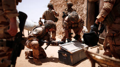 French soldiers of the 2nd Foreign Engineer Regiment search a metal case during an area control operation in the Gourma region during Operation Barkhane in Ndaki, Mali, July 27, 2019. © REUTERS/Benoit Tessier