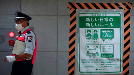 A station employee walks by a coronavrius disease (COVID-19) infection prevention instructions sign at a Tokyo metro station in Tokyo, Japan. July 30, 2021. © REUTERS/Androniki Christodoulou