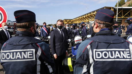 French President Emmanuel Macron speaks to police officers during a visit on the strengthening of border controls (FILE PHOTO) © Guillaume Horcajuelo/Pool via REUTERS