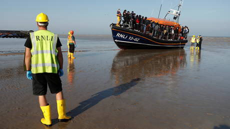 Migrants rescued from the English Channel arrive on a Royal National Lifeboat Institution (RNLI) boat at Dungeness, Britain, September 7, 2021. © REUTERS/Peter Nicholls
