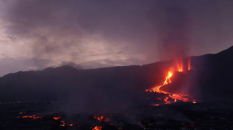 La Palma declared 'disaster zone' as Spanish govt pledges €10mn & island awaits potential toxic cloud from volcanic lava (VIDEOS) - rt