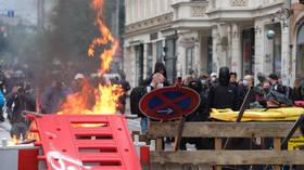Antifa pálí barikády a střetává se s policií na protest proti procesu s levicovým aktivistou v Německu (VIDEA, FOTOGRAFIE)