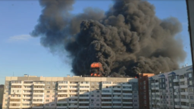 Roof on fire: Massive blaze erupts from top of residential building in western Siberian oil & gas city of Tyumen (VIDEOS)