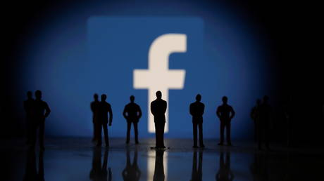 Small toy figures are seen in front of displayed Facebook logo in this illustration taken October 4, 2021. © REUTERS/Dado Ruvic/Illustration