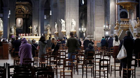 Devotees attend Sunday mass at the Saint-Sulpice Church under strict sanitary rules, after one month interruption due to the coronavirus disease (COVID-19) in Paris, France, November 29, 2020. © REUTERS / Benoit Tessier