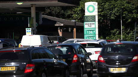 Vehicles queue up to enter the BP petrol station, in Harpenden, Britain, September 24, 2021. © REUTERS / Peter Cziborra