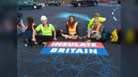Members of Insulate Britain, demanding that the British government helps provide insulation for 29 million homes, block part of the M25 motorway near London, Britain, September 20, 2021. © Reuters / Insulate Britain
