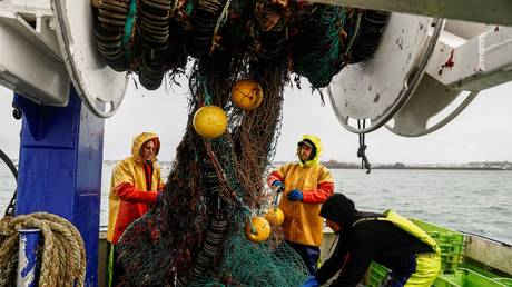 French fishermen gather in a net on their vessel near the port of Saint Helier off the British island of Jersey. © Sameer Al-DOUMY / AFP