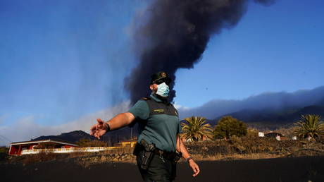FILE PHOTO: A Spanish civil guard orders journalists to leave an area that was evicted due to the eruption of the Cumbre Vieja volcano on La Palma. © Reuters / Juan Medina