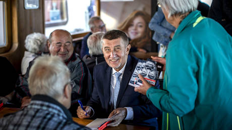 Czech Prime Minister Andrej Babis meets with his fans during his campaign cruise with supporters on a ship at Brno Reservoir on October 01, 2021 in Brno, Czech Republic. © Getty Images / Gabriel Kuchta