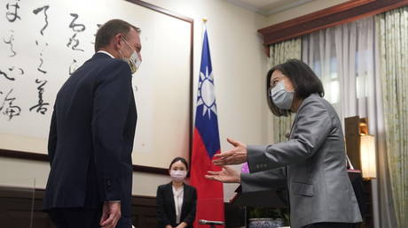 Taiwan's President Tsai Ing-wen speaks to the former Australian Prime Minister Tony Abbott during their meeting in Taipei, Taiwan (FILE PHOTO) © Central News Agency/Pool via REUTERS