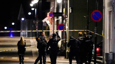 Police investigate after several people were killed and injured by a man using a bow and arrows, in Kongsberg, Norway on October 13, 2021 © Hakon Mosvold/NTB/via REUTERS