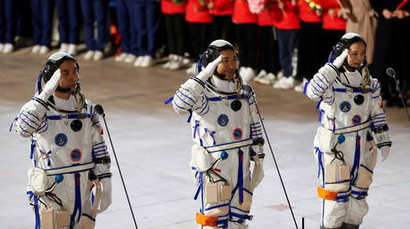 China's Shenzhou-13 craft successfully docks to Tiangong space station & 3 astronauts enter core module - rt