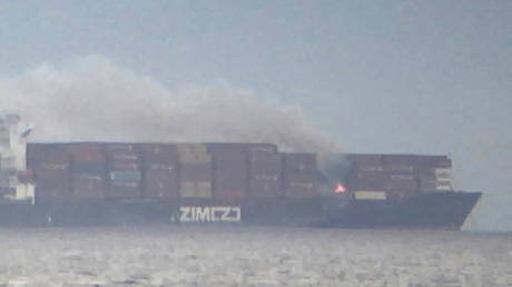 Smoke billows from a fire on the container ship ZIM Kingston in the waters off the coast of Victoria, British Columbia, Canada, October 23, 2021© TWITTER/ @CHAMP_VIC / REUTERS