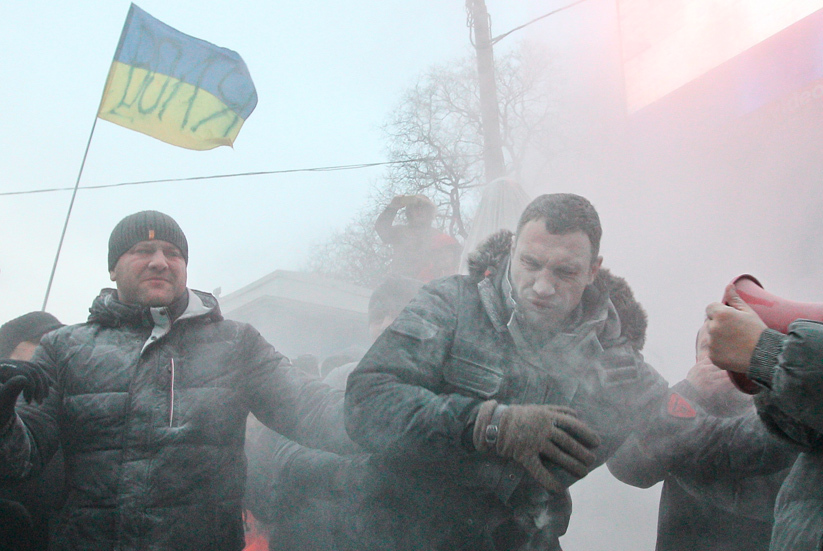 Opposition leader Vitaly Klitschko (C) reacts after he was sprayed with a powder fire extinguisher during a pro-European integration rally in Kiev January 19, 2014 (Reuters / Valentyn Ogirenko)