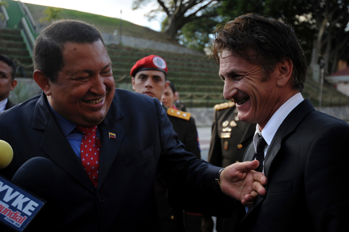 Venezuelan President Hugo Chavez (L) jokes with US actor Sean Penn during his visit to Miraflores presidential palace in Caracas, on February 16, 2012 (AFP Photo / Leo Ramirez)