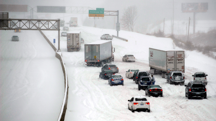 Stalled vehicles are seen during a blizzard as traffic comes to a standstill on the I-635 in Kansas City, Kansas, February 21, 2013 (REUTERS / Dave Kaup)