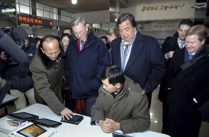 This picture, taken by North Korea's official Korean Central News Agency on January 9, 2013 shows former New Mexico Governor Bill Richardson (C-R) and US Internet giant Google executive chairman Eric Schmidt (C-L) visiting Kim Il Sung University's computer center in Pyongyang. (AFP Photo KCNA via KNS)