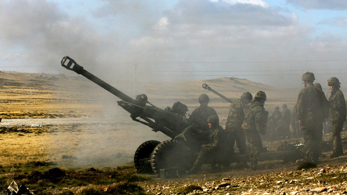 A field artillery battery fires during a military exercise at Mount Pleasant British base, Falklands. (AFP Photo / Daniel Garcia)