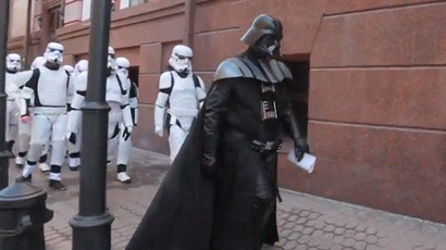 Crusader invader: Darth Vader on 'anti-drug raid' in Ukrainian shop (VIDEO)