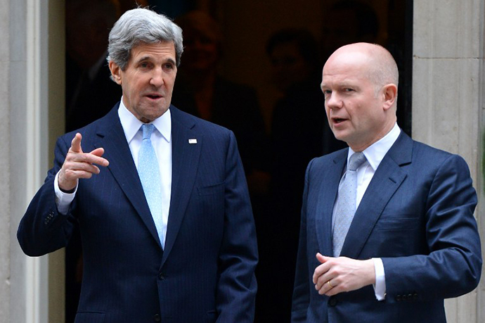 British Foreign Secretary William Hague (R) and US Secretary of State John Kerry (L). (AFP Photo / Ben Stansall)