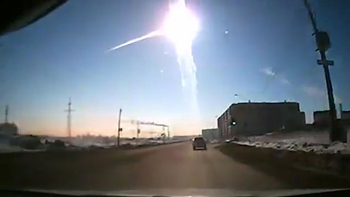 The trace of a flying object in the sky over Chelyabinsk. (RIA Novosti / Photo courtesy of Nakanune.RU)