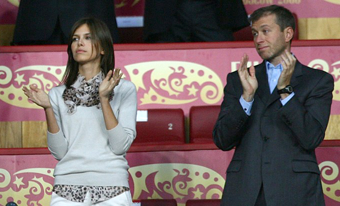 Roman Abramovich and Darya Zhukova. (AFP Photo / Paul Ellis)