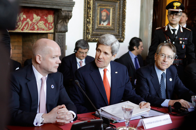 "(L-R) British Foreign Secretary William Hague, US Secretary of State John Kerry and Italy's foreign minister Giulio Terzi Sant'Agata take place for a meeting of the ""Friends of the Syrian People (FOSP) Ministerial"" group on February 28, 2013 in Rome (AFP Photo / Pool / Jacqublyn Martin)"