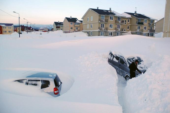 A man digs out his car in the village of Troitskoye, Anivsky District (Sakhalin Island) following a low-pressure snowfall. (RIA Novosti/Sergey Krasnouhov)