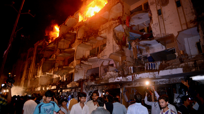 People gather on the site of bomb blast in Karachi on March 3, 2013 (AFP Photo)