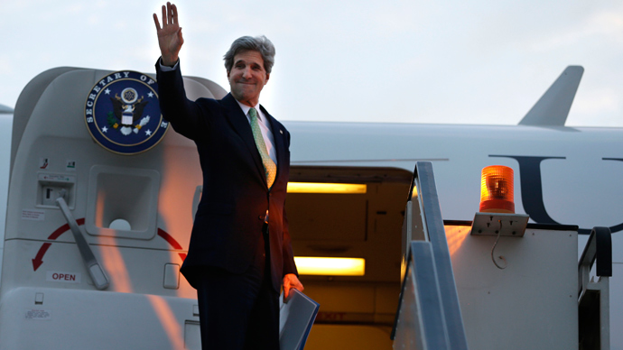U.S. Secretary of State John Kerry waves goodbye as he leaves Cairo, en route to Riyadh, Saudi Arabia, on March 3, 2013 (AFP Photo)