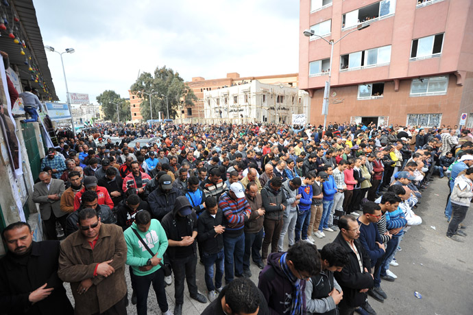 People pray during the funeral of three people killed in overnight clashes with police on March 4, 2013 in the Egyptian canal city of Port Said. (AFP Photo)