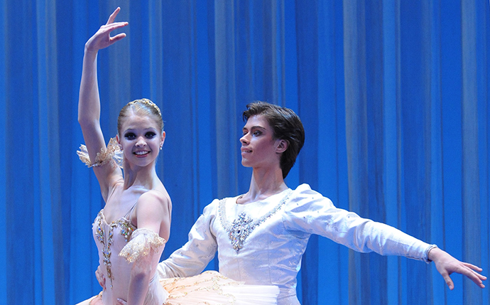 Anzhelina Vorontsova and Artyom Ovcharenko at a gala performance in the Bolshoi Theater. (RIA Novosti / Sergey Pyatakov)