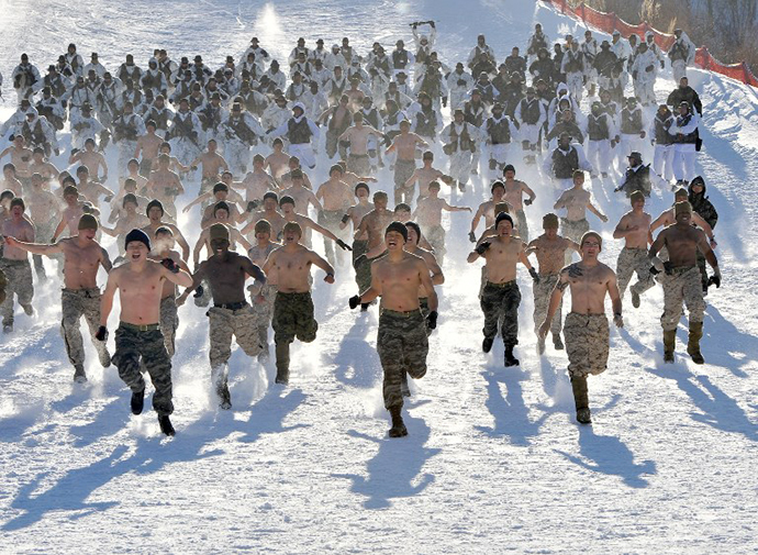 South Korean and US Marines run on a snowy hill during a joint winter drill in Pyeongchang, some 180 kilometers east of Seoul, on February 7, 2013. (AFP Photo / Jung Yeon-Je)