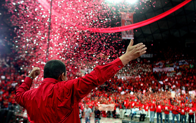 Venezuelan president Hugo Chavez waves 23 November, 2007 to his supporters during a rally in Caracas in support of the constitutional amendments promoted by him that will be voted in a referendum on 02 December (AFP Photo / Presidencia)