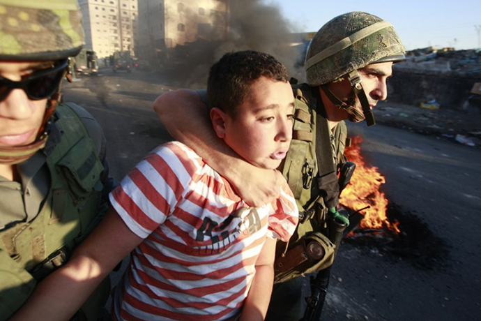 Israeli border policemen detain a Palestinian stone-throwing youth during clashes on October 5, 2009 in the east Jerusalem. (AFP Photo / Ahmad Gharabli)