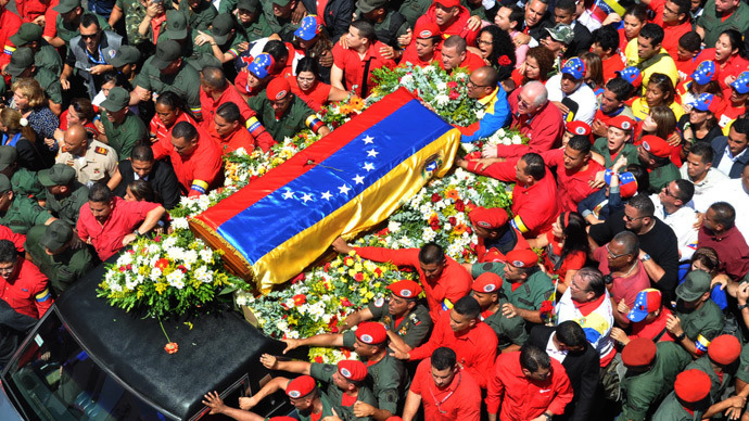 Venezuelan Vice-President Nicolas Maduro (L) and Diosdado Cabello, Venezuelan president of the National Assembly stand next to teh coffin of late Venezuelan President Hugo Chavez at the Military Academy on March 6, 2013 in Caracas (AFP Photo / Presidencia)