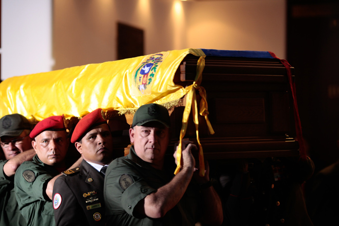The coffin of the late Venezuelan President Hugo Chavez is carried to the Military Academy for his funeral on March 6, 2013 in Caracas (AFP Photo / Presidencia)