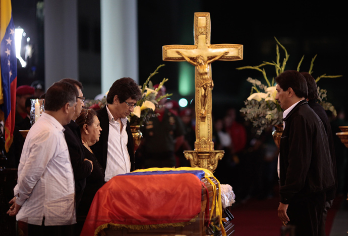 Hugo Chavez's close relatives stand next to the coffin of the late Venezuelan President Hugo Chavez at the Military Academy on March 6, 2013 in Caracas (AFP Photo / Presidencia
