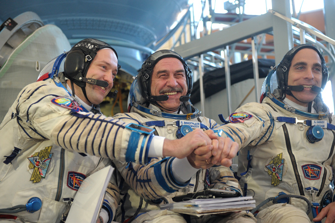 L-R: cosmonauts Alexander Misurkin, Pavel Vinogradov and Chris Cassidy at a training session of the ISS 35/35 prime crew in a Soyuz TMA_M simulator at the Gagarin Cosmonaut Training Center (RIA Novosti / Grigory Syisoev)