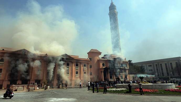 Smoke rises from the police officers' club in Cairo on March 9, 2013 after several buildings in the complex were set on fire (AFP Photo / Mohamed El-Shahed)