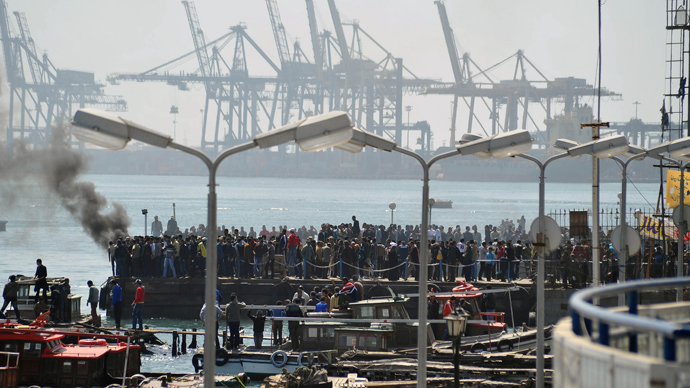 Egyptians gather at the Suez canal off the coast of Ismailia port city, east of Cairo, on March 9, 2013, to protest against the court ruling over the deadly football riot of 2012 (AFP Photo / STR)