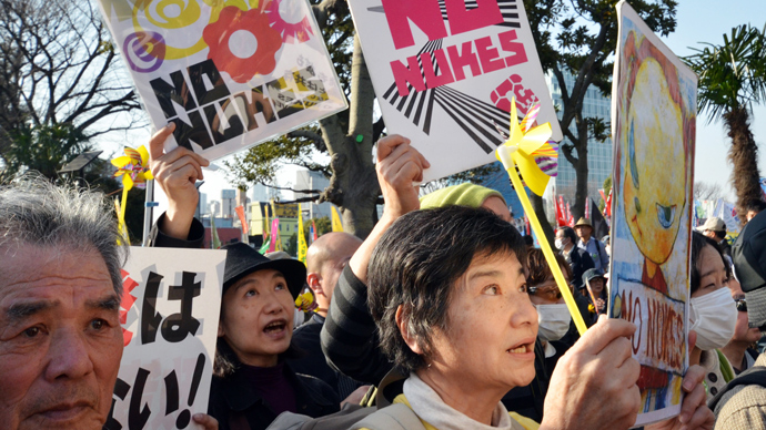 Civic group members hold placards as they attend a demonstration after an anti nuclear rally in Tokyo on March 9, 2013 (AFP Photo / Yoshikazu Tsuno)
