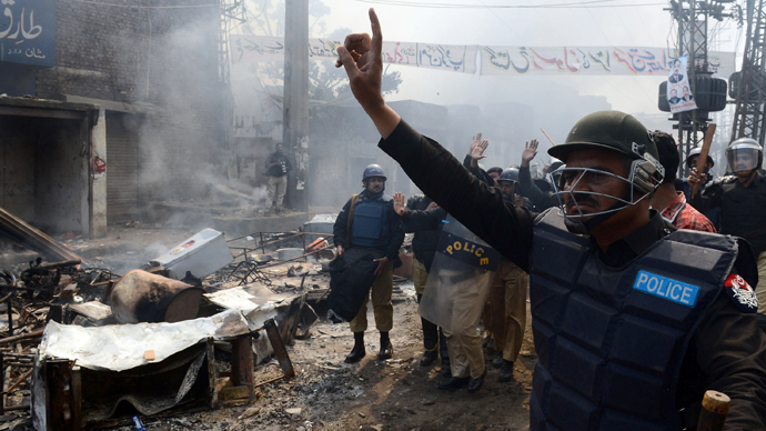 Pakistani riot police gesture during a protest by Muslim demonstrators over alleged blasphemous remarks by a Christian in a Christian neighborhood in Badami Bagh area of Lahore on March 9, 2013 (AFP Photo)